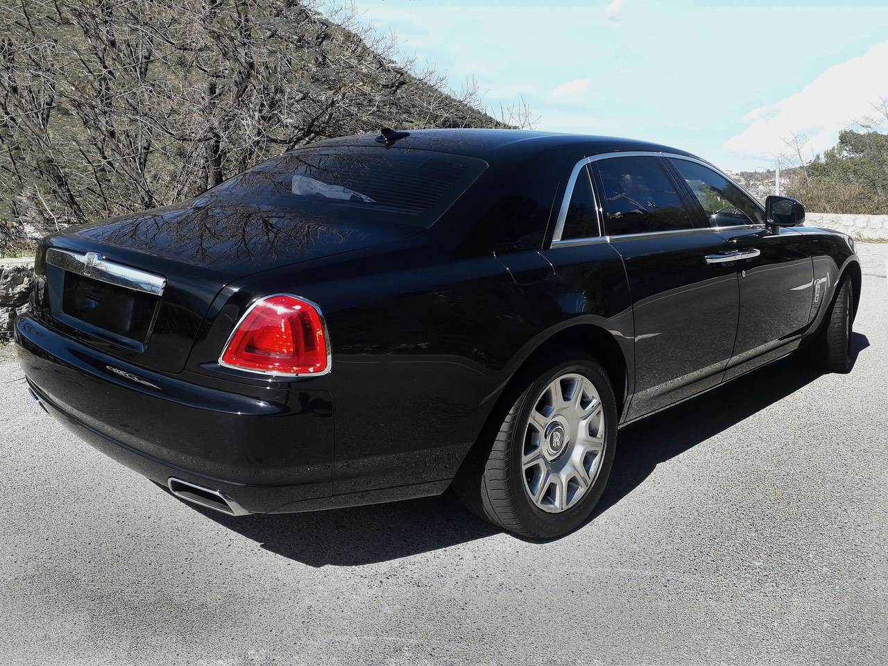 Rolls-Royce-Ghost-Black-12