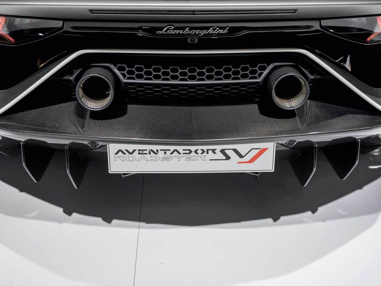 Lamborghini-Aventador-SVJ-Roadster-Grey-2